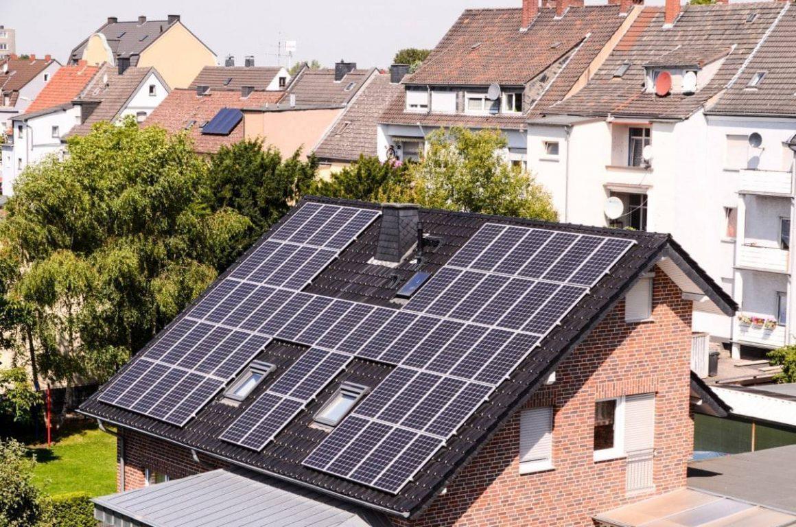 Refaire Un Toit D Abri De Jardin installer des panneaux solaires sur votre toiture (guide 2020)