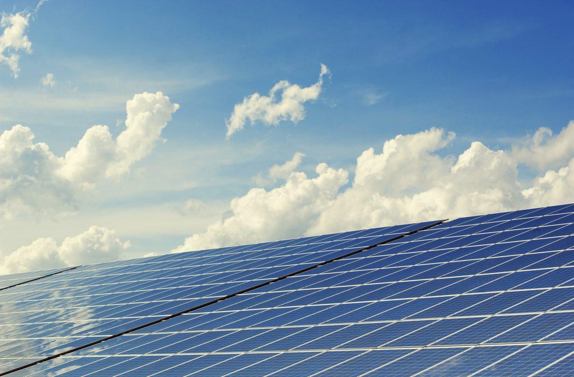 panneaux solaires sous un beau ciel bleu