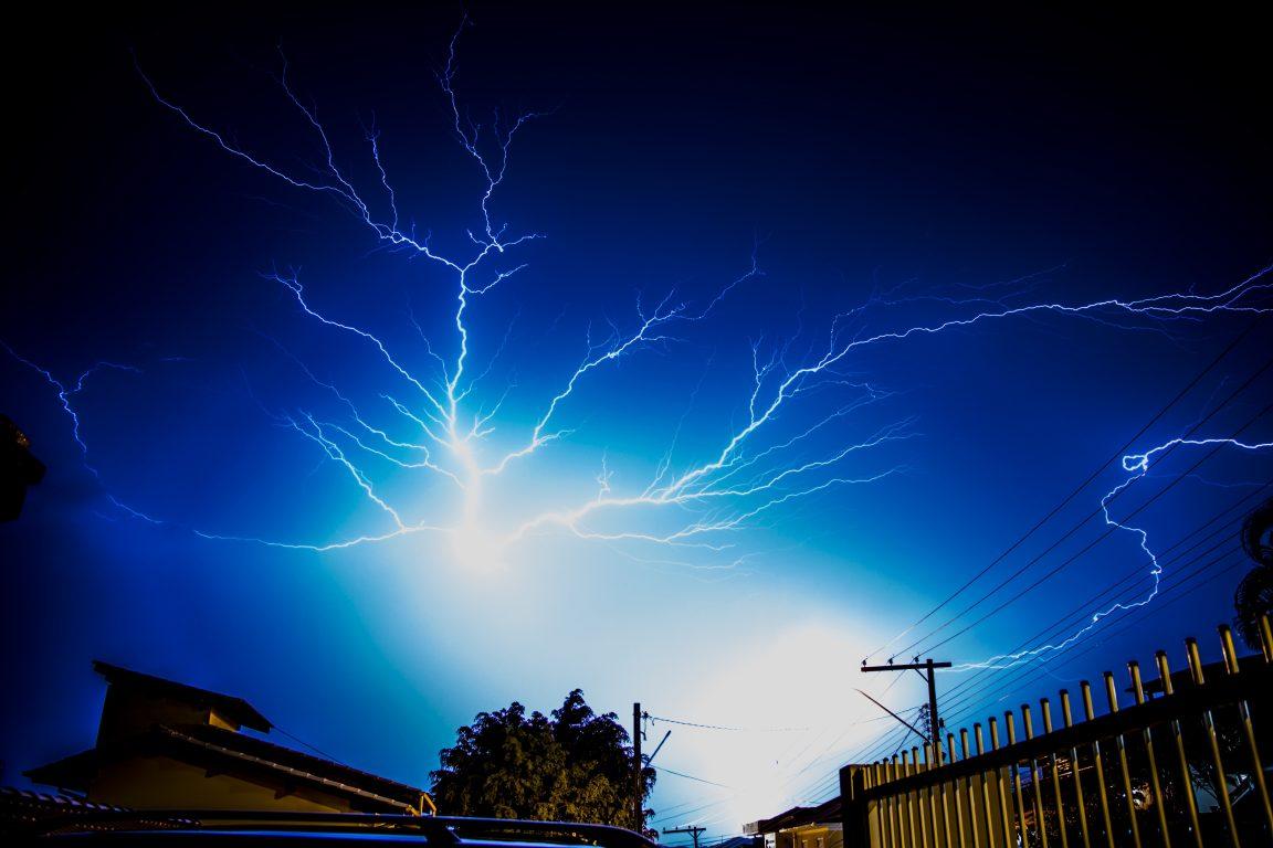 orages ai dessus d'habitations et de lignes électriques