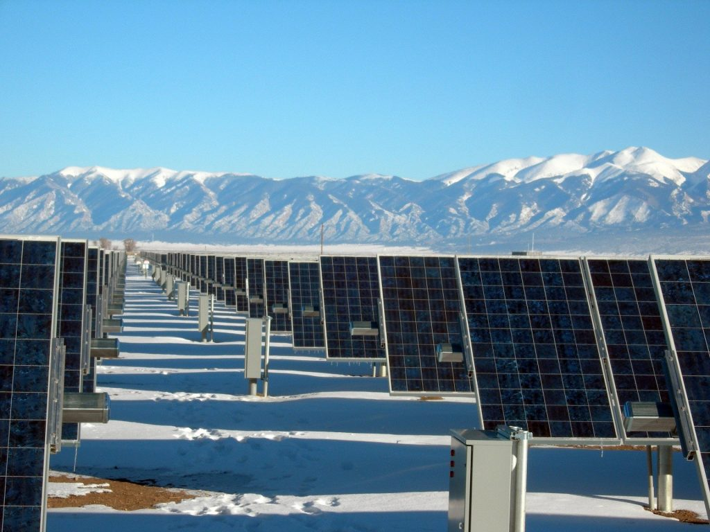 parc solaire photovoltaïque au sol avec montagnes derrière