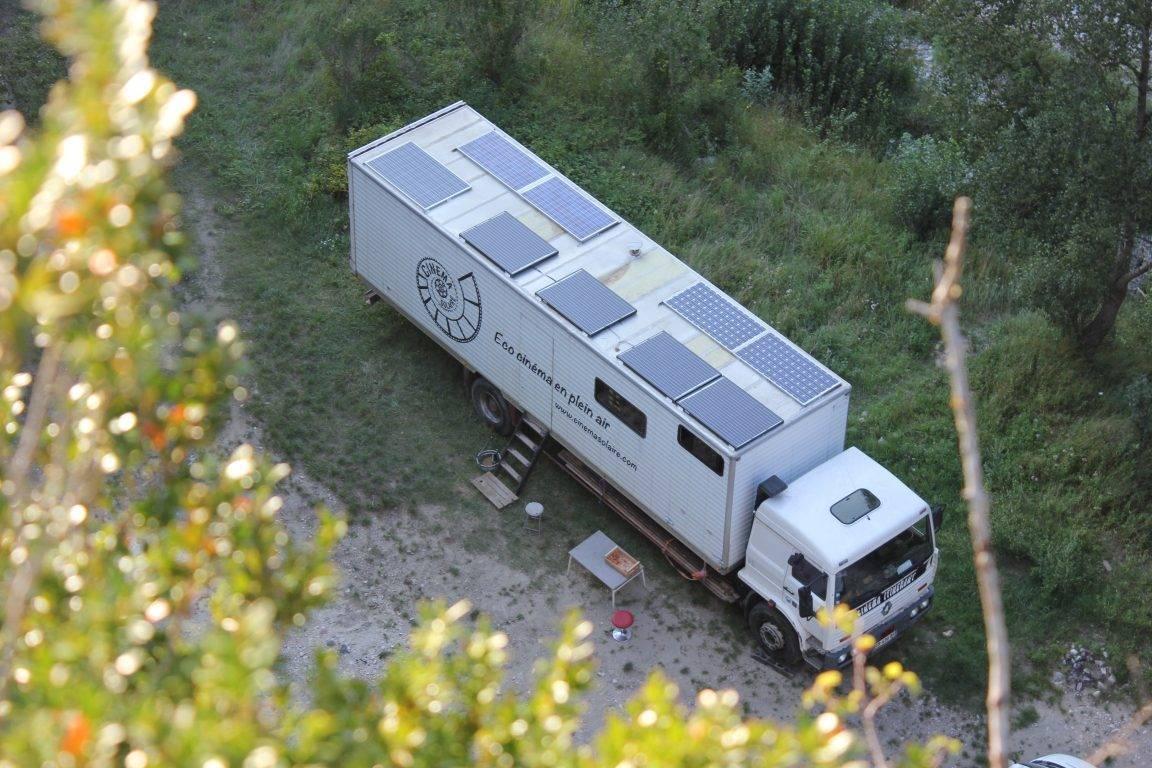 camion panneaux solaires cinéma innovation