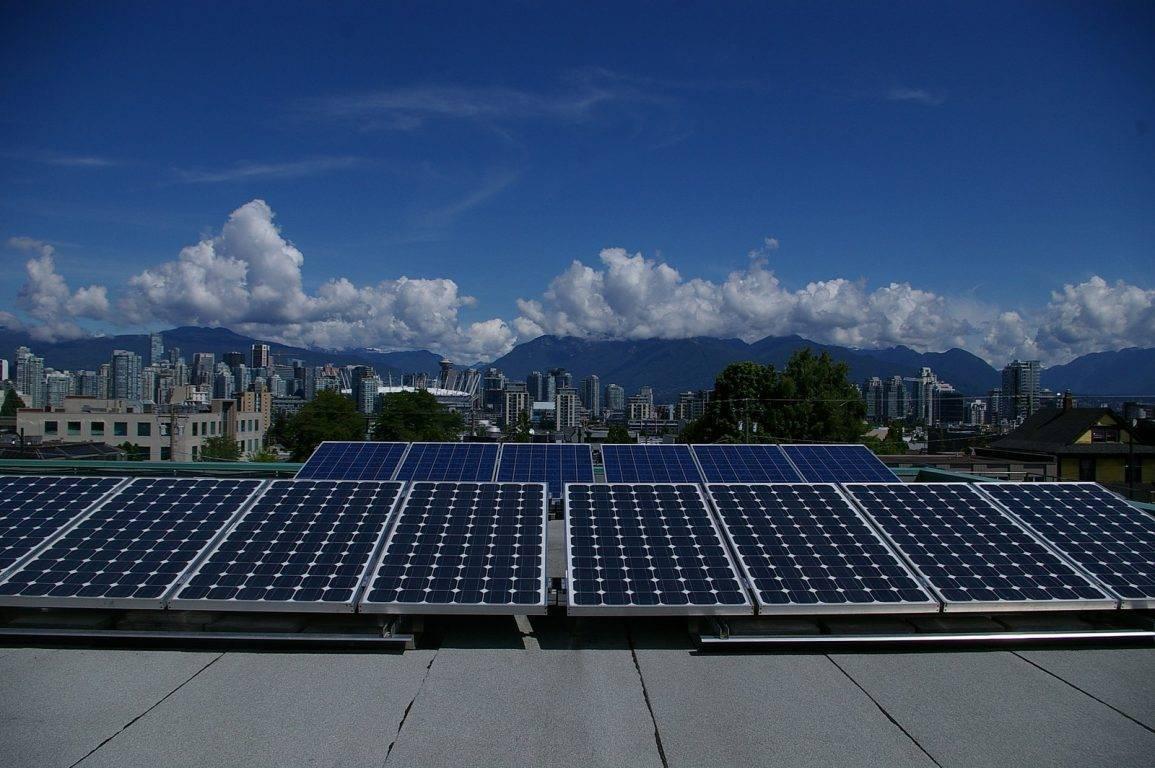 Panneau solaire photovoltaique sur toiture plate