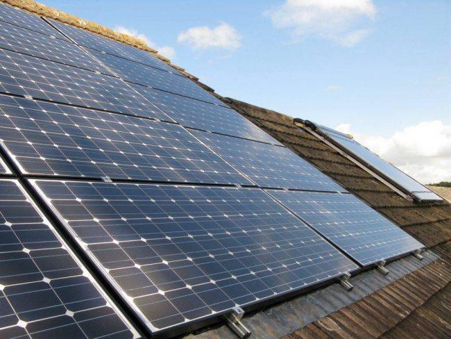 Panneau solaire photovoltaïque monocristallin européen sur toiture maison
