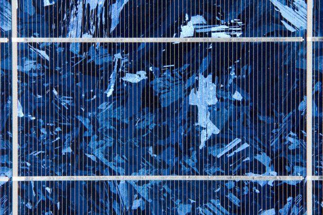gros plan sur un panneau solaire polycristallin