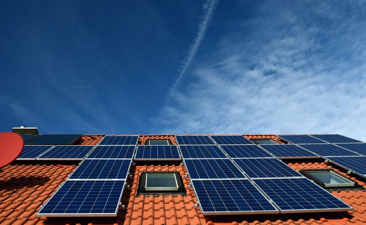 toiture avec panneaux solaires