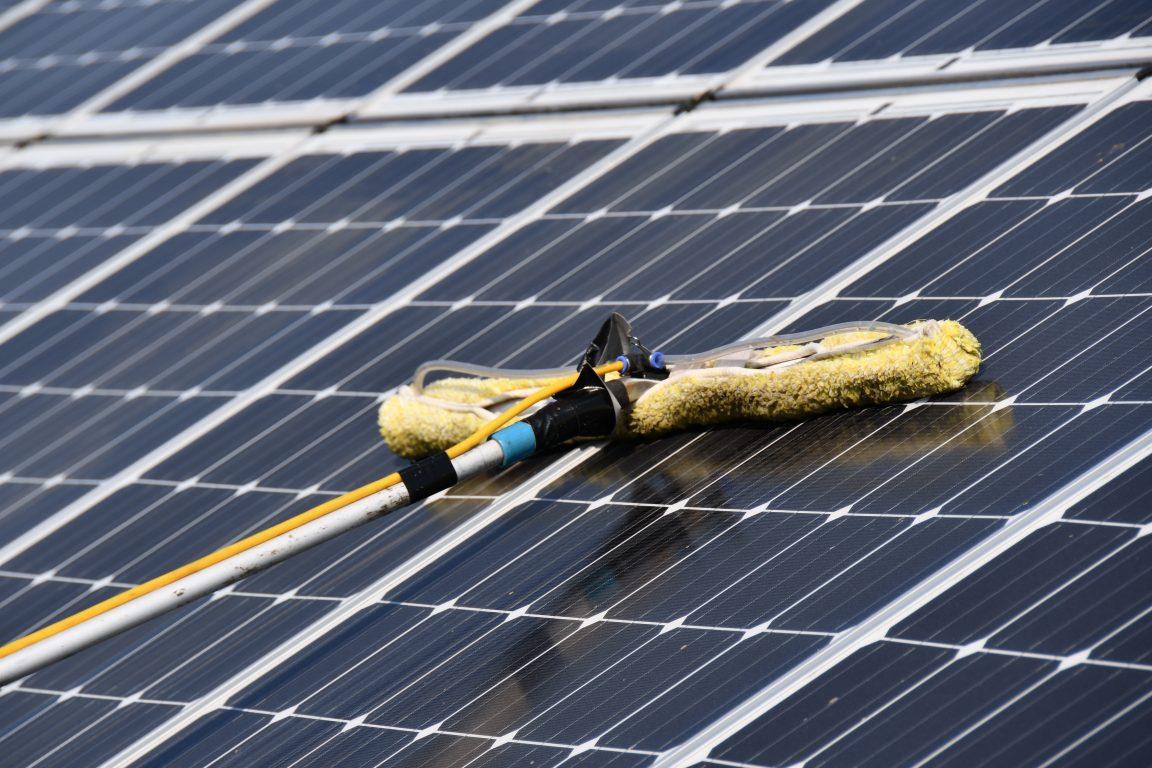 balais télescopique et nettoyage des panneaux solaires