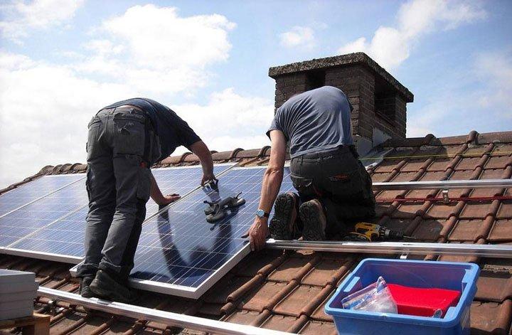 installateur sur toiture panneau solaire