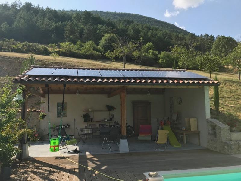 Abri solaire production électricité pour la piscine