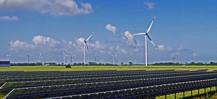 Panneaux solaires au sol et éoliennes