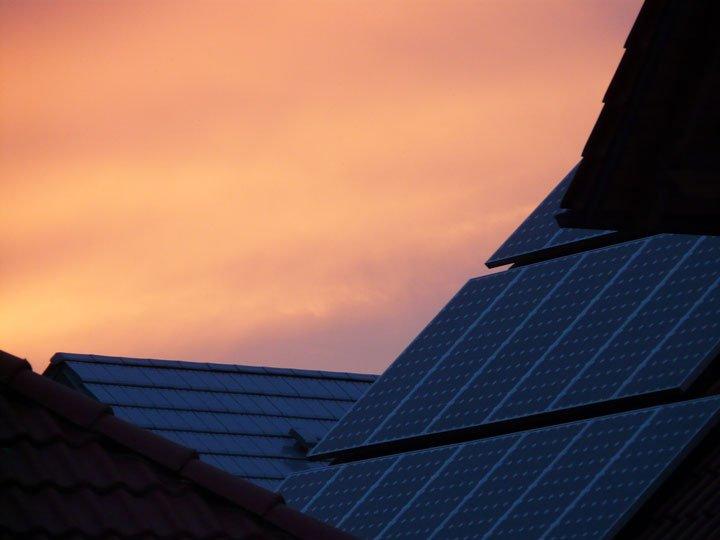panneaux solaires photovoltaïques polycristallins monocristallins en surimposition