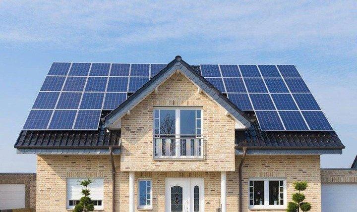 Installation de 34 panneaux photovoltaïques d'une puissance de 9 kWc en vente totale sur maison