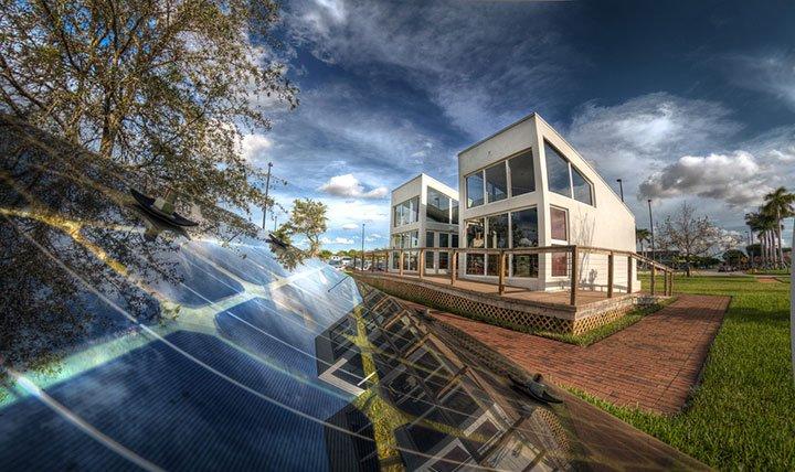 panneaux solaires au sol dans un jardin