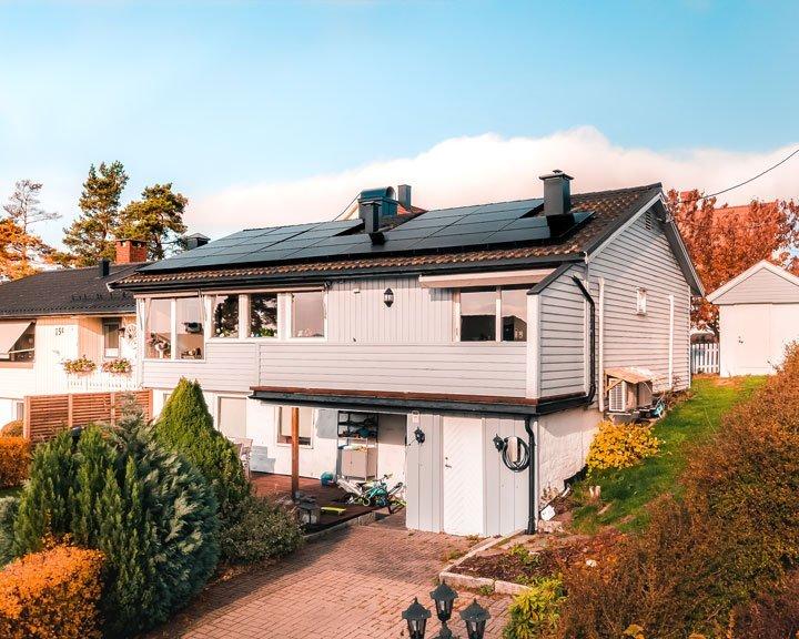 Installation photovoltaïque en autoconsommation sur maison à étage financée grâce tarif rachat électricité et prime autoconsommation