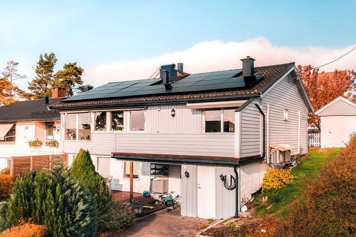maison équipée de panneaux solaires photovoltaïques en autoconsommation avec vente du surplus