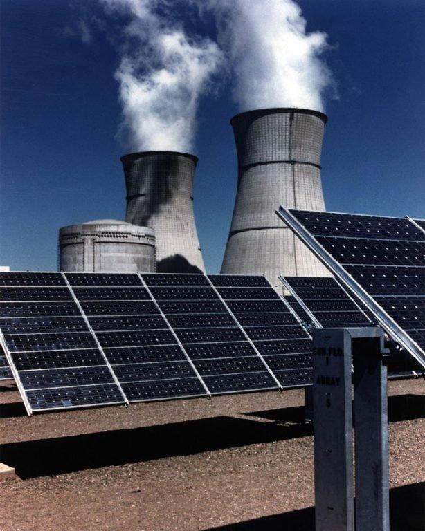 panneaux solaires devant une centrale nucléaire