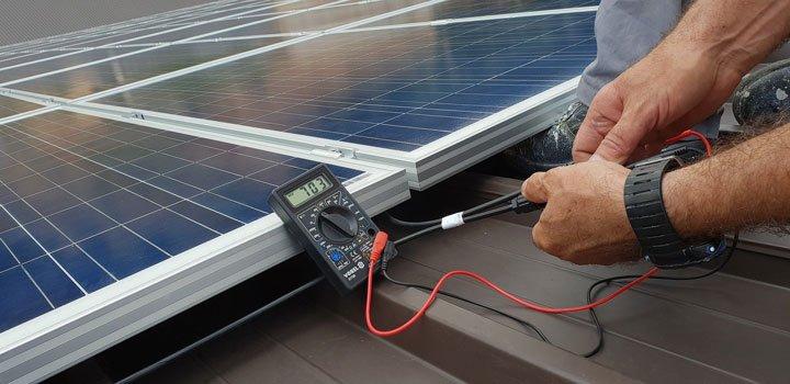 installateur contrôle les panneaux solaires sous garantie