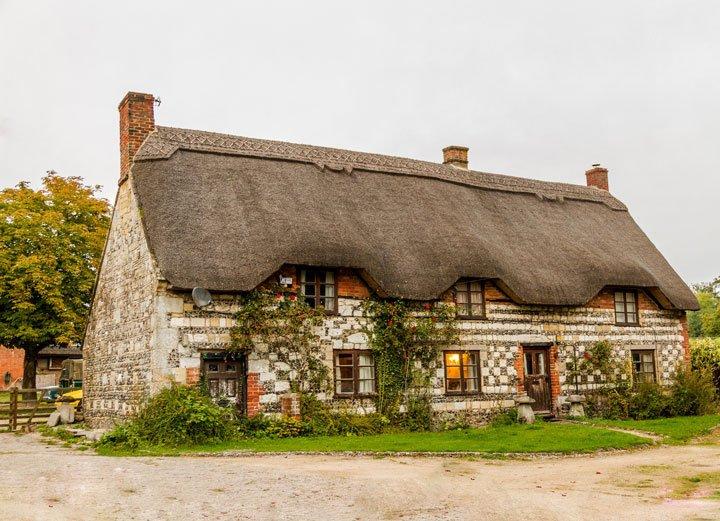 maison avec une toiture en chaume