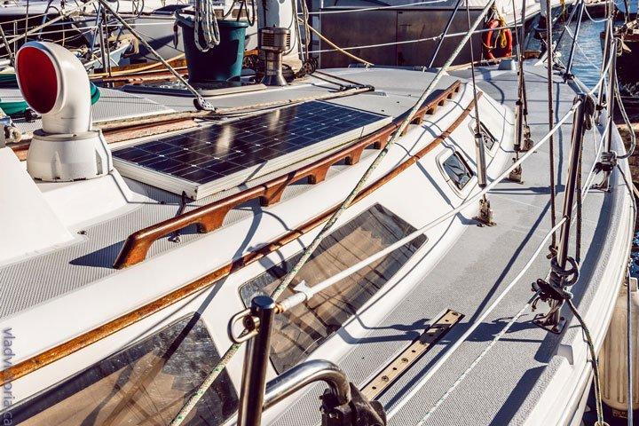 panneau solaire sur un bateau non raccordé au réseau