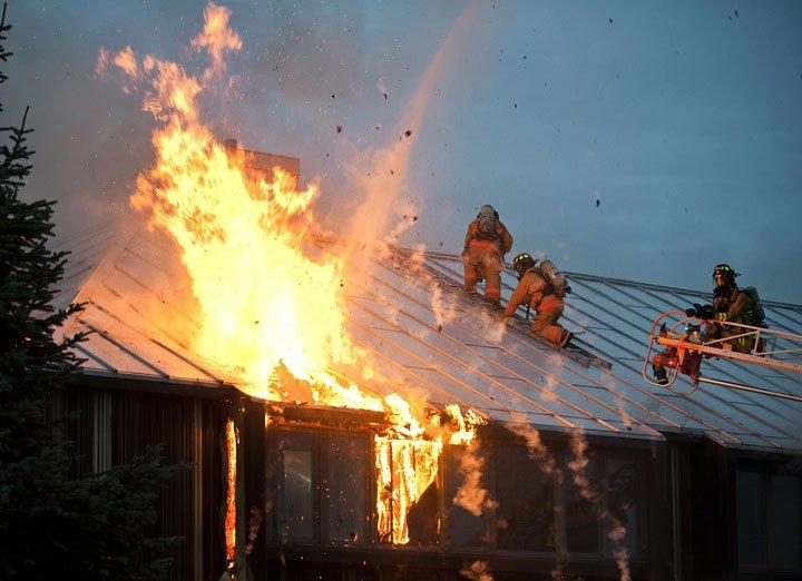 intervention des pompiers sur une maison pour un incendie