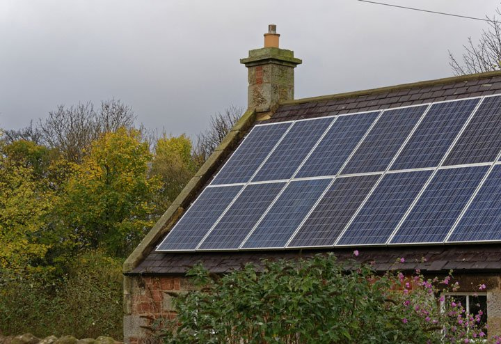 panneau solaire sur une toiture avec une cheminée
