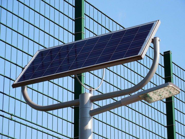 panneau solaire polycristallin alimentant un lampadère