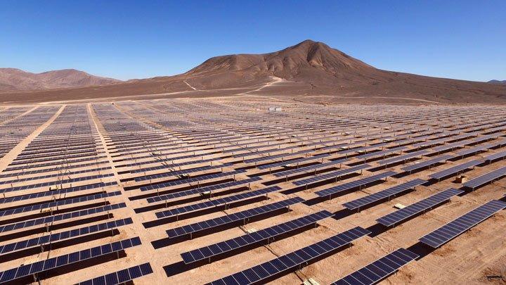 panneaux solaires au sol dans le désert soumis à de fortes chaleurs