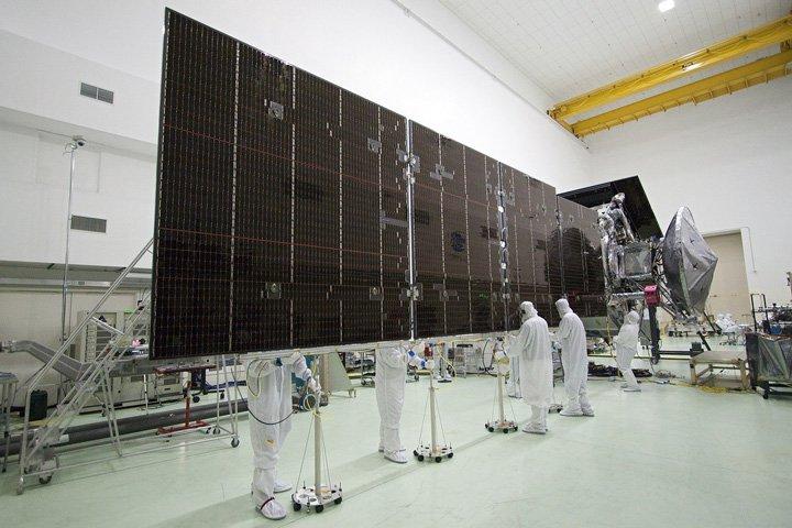 panneaux solaires en laboratoire pour la NASA