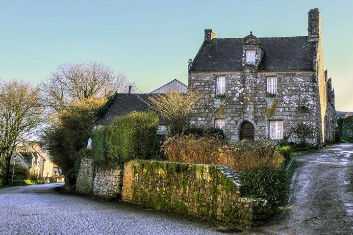 Maison ancienne en Bretagne avec une toiture en ardoises