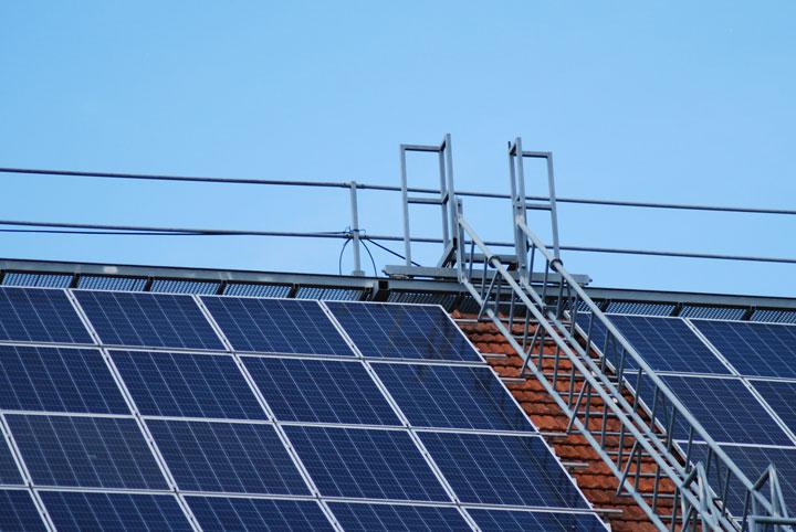 panneaux solaires sur le toit d'une copropriété