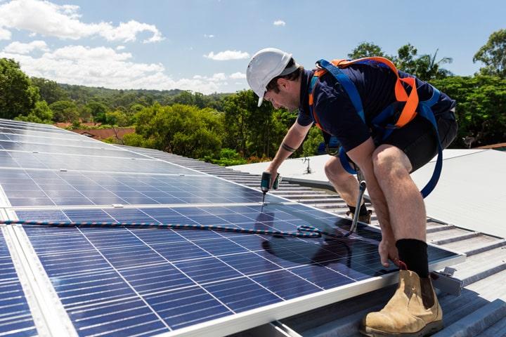 installateur RGE dépose des panneaux solaires