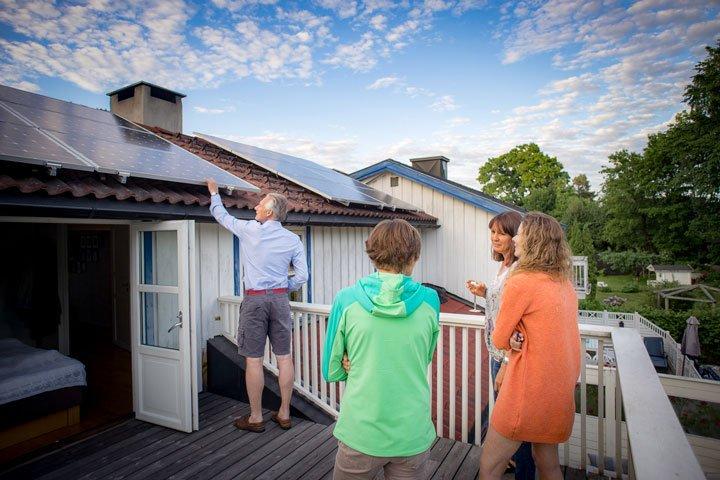 Nettoyage des panneaux solaires depuis une terrasse