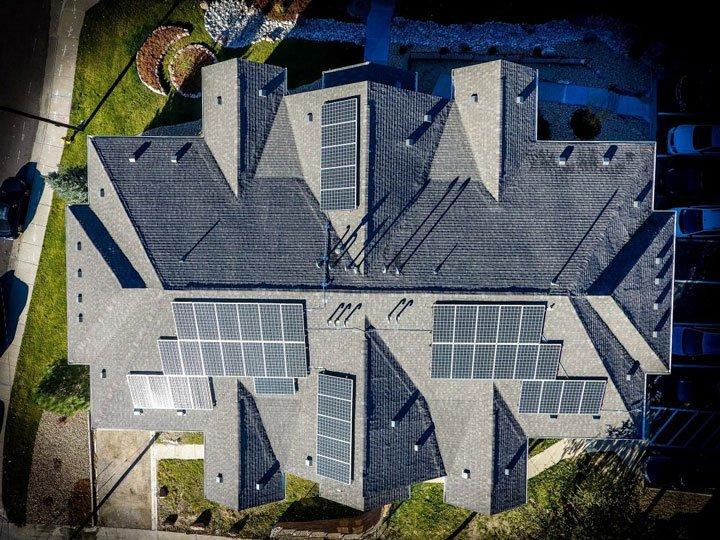 Maison avec installation photovoltaïque sur plusieurs pans et différentes orientations